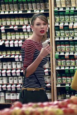 taylor-swift-grocery-shopping-at-whole-foods-beverly-hills-january-2014_2